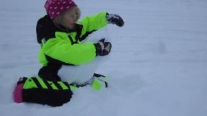 Ellen katelee ja rakentelee lumessa...