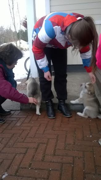 Marja, Aino ja Ella tutustuvat pentuihin